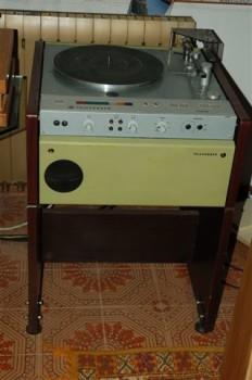 Sì, sembra più una lavatrice che un giradischi... ma avercene!